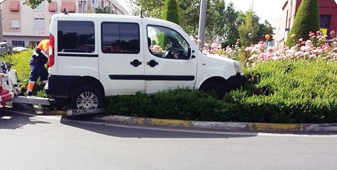 un conductor ebrio empotra su furgoneta en la rotonda de