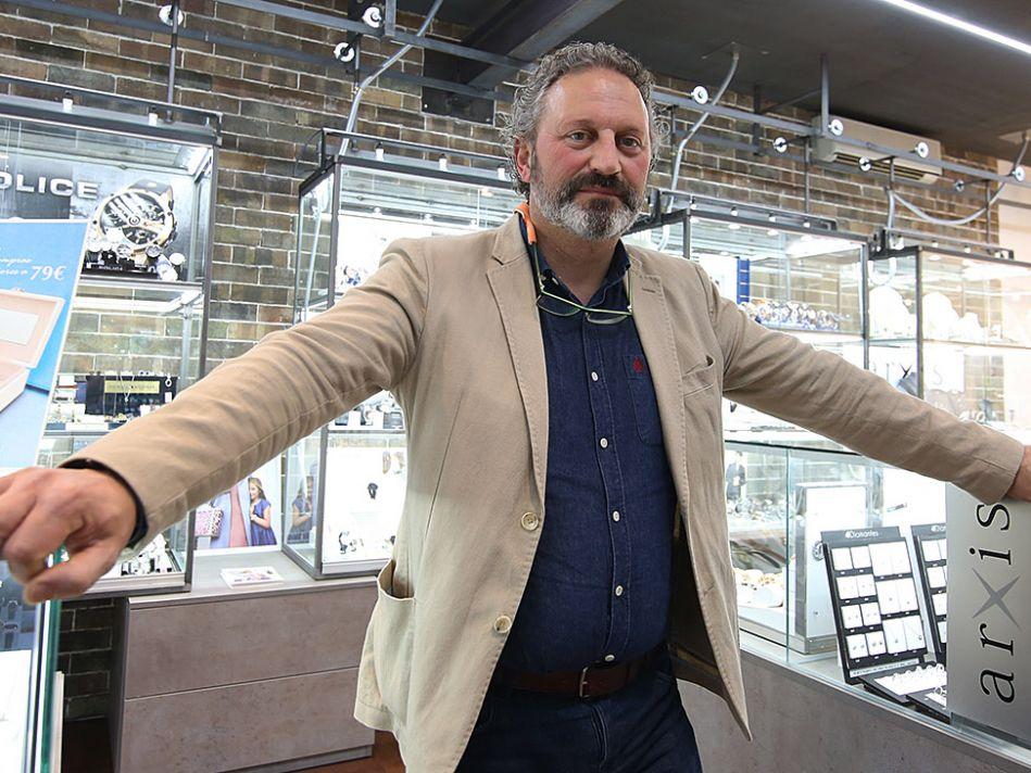 012bda28a027 Enrique Serrano Simarro pertenece a la tercera generación de joyeros de  este negocio familiar en continua