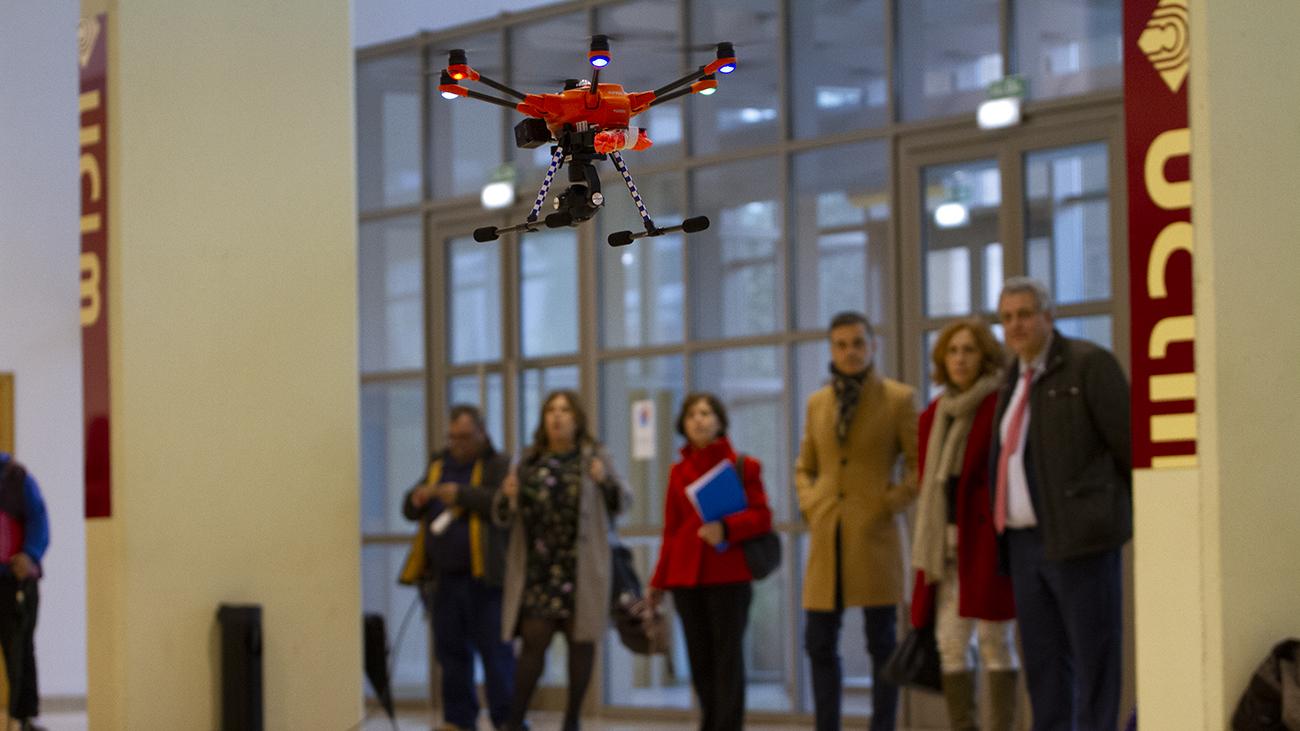 El dron ha tenido que volar en el interior del paraninfo por el mal tiempo / Clara Manzano