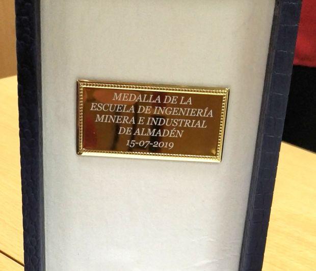 La Escuela de Ingeniería Minera e Industrial de Almadén (EIMIA) de la Universidad de Castilla-La Mancha (UCLM) ha entregado este martes, por primera vez en su historia, la medalla del centro a Antonio Ibáñez de Alba