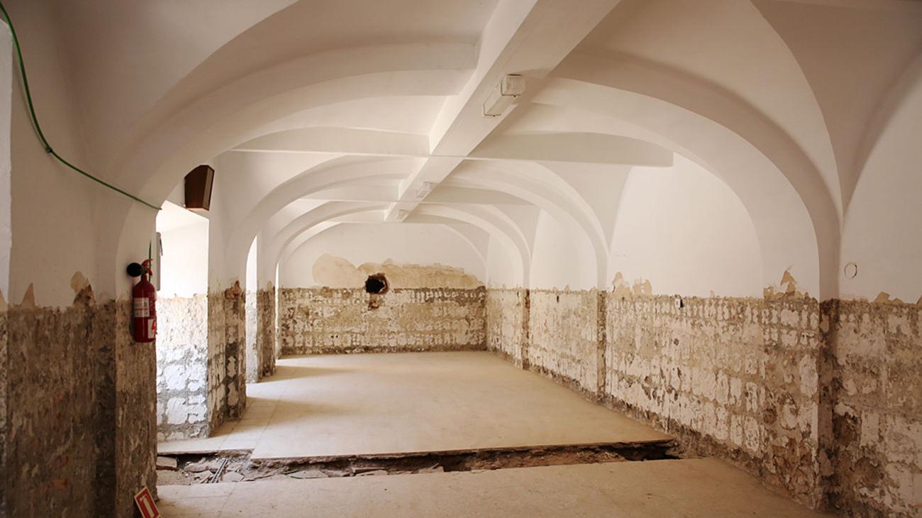 Un zaguán en la planta de abajo del histórico edificio / J. Jurado