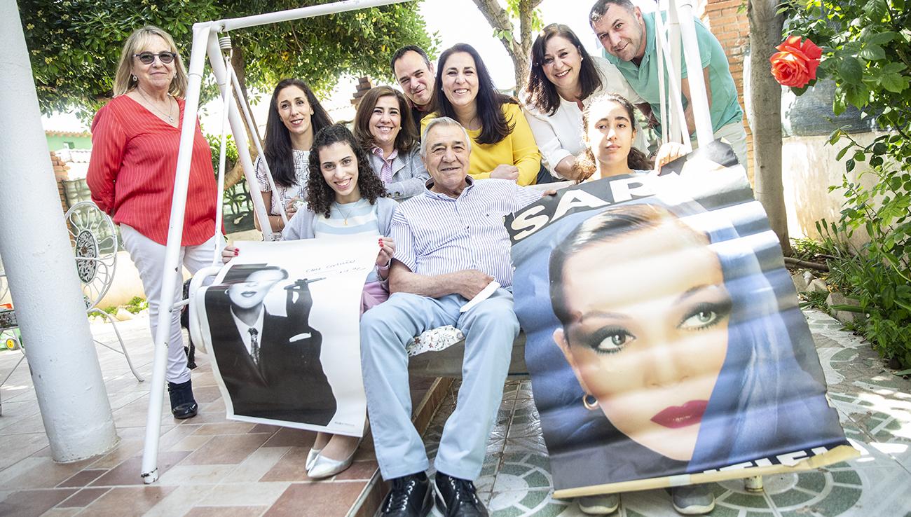 Manuel Fernández, junto a sus hijas, nietas y algunos familiares, recorren a través del recuerdo la vida de Sara Montiel / Clara Manzano